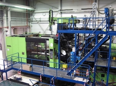 Large injecting molding unit in place
