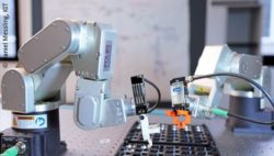 Bild: Roboter bei der Batterieproduktion; Copyright: Daniel Messling, KIT